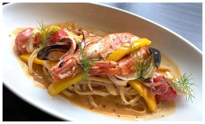 海鲜意面辣味奶油茄汁、蔓越莓汁牛板腱、烤南瓜羽衣甘蓝藜麦沙拉