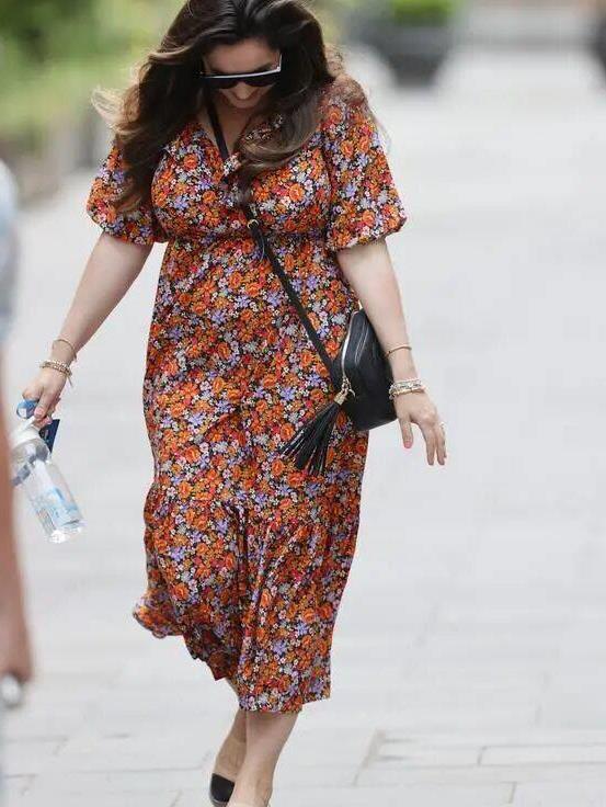 凯莉·布鲁克逛街,身穿碎花连衣裙,气质优雅成熟