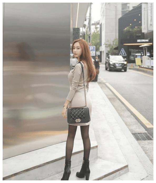 修身半身裙搭配黑色高跟鞋, 温柔知性, 率性洒脱