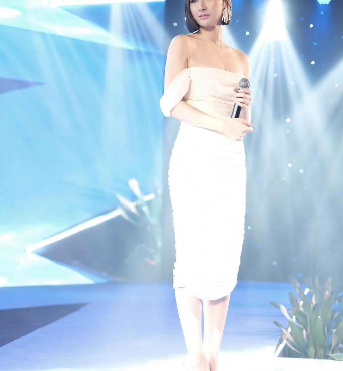 高海宁优雅大气,穿白色一字肩连衣裙搭配波波头,女神范十足