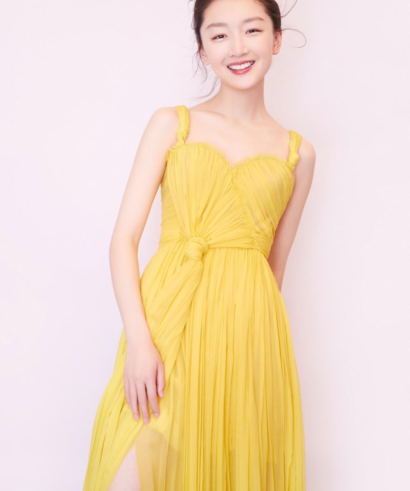 周冬雨好适合穿黄色系,一袭连衣裙,像小太阳
