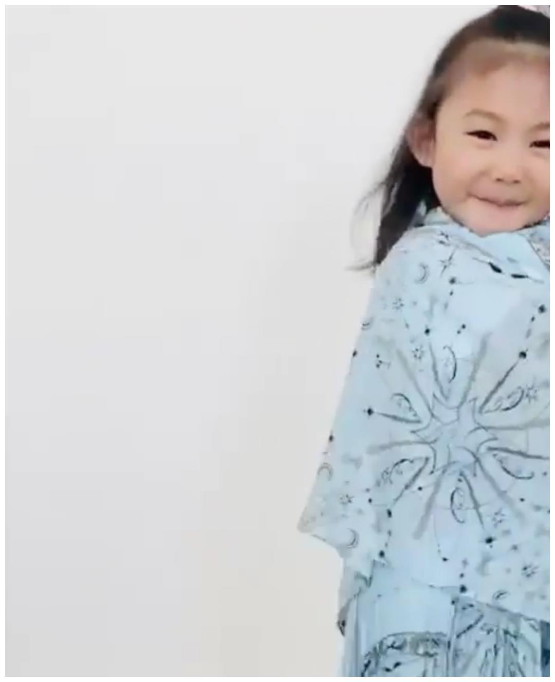 陈冠希女儿当小模特,身穿蓝色连衣裙翩翩起舞,镜头感十足