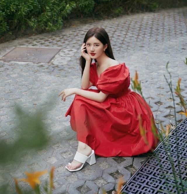 又被赵露思惊艳到,穿红色花苞裙配白色高跟鞋,任谁看了都心动