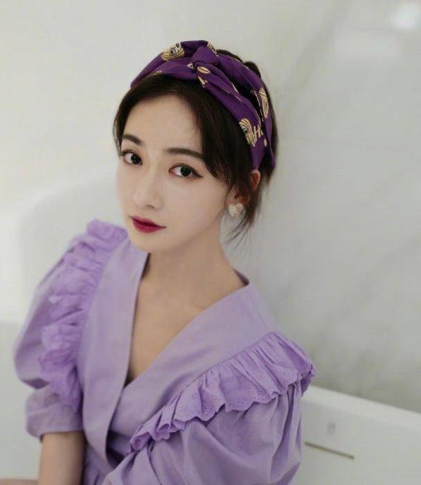 吴谨言化身甜美系女孩,香芋紫色衬衫减龄又少女,配发带气质出众