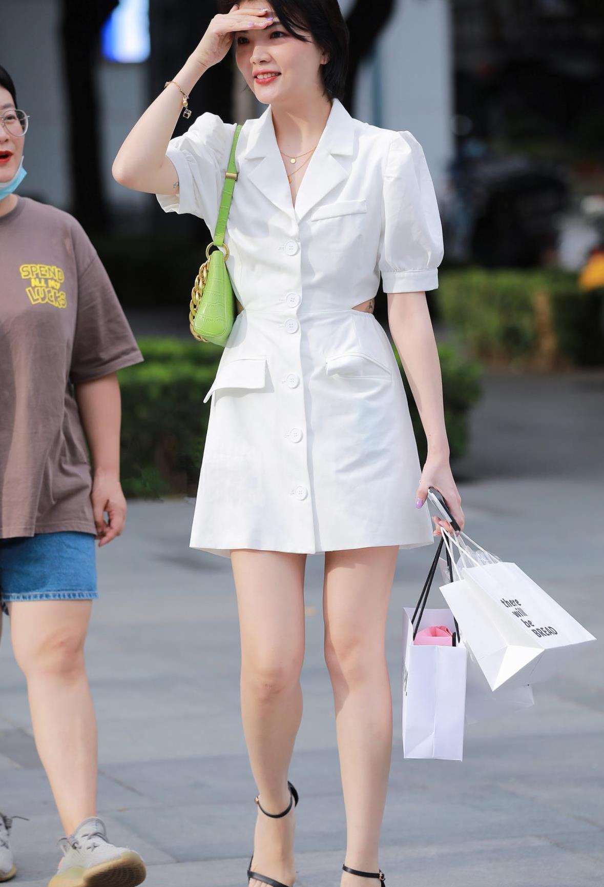 精致干练的短发美女,白色西装裙搭配一字带细跟凉鞋,显成熟大气