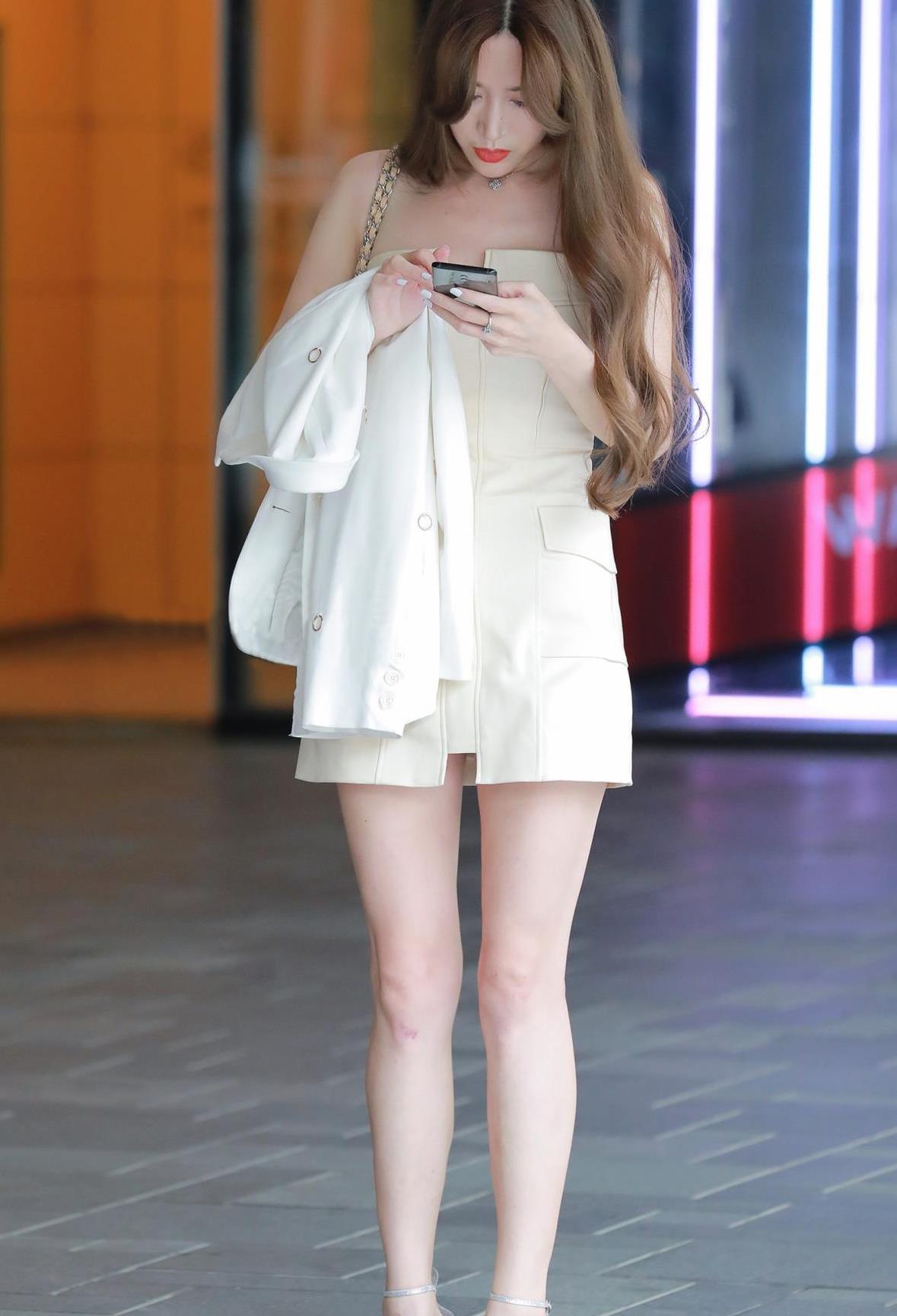 肤白貌美的姑娘,白色连衣裙搭配一字带细跟凉鞋,更显气质迷人