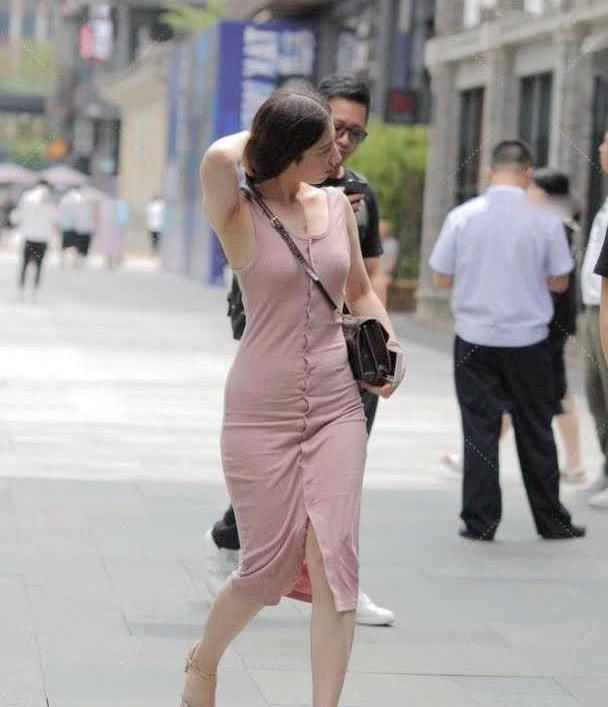 微胖女生穿紧身连衣裙,20个扣子也不嫌麻烦,搭配黑包突显气质