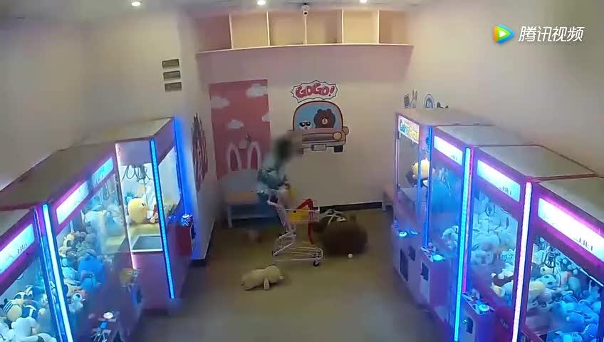 监拍两女孩夜闯娃娃店盗窃监控拍下全过程