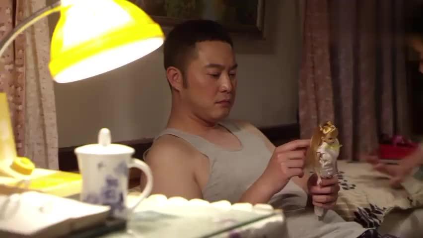 平凡岁月:娇妻催促丈夫赶紧睡觉,丈夫却毫无心思,真是让人意外