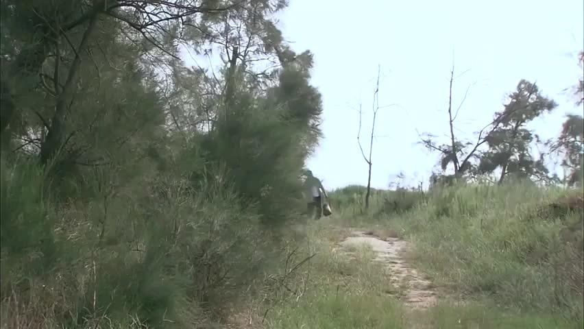 爸爸为救儿子,不慎被迎面而来的车撞飞,哪知肇事司机竟直接跑了