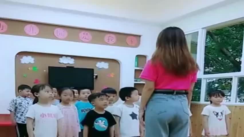 幼师小姐姐带孩子们在线蹦迪,眼前这一幕,父母看见了还得了!