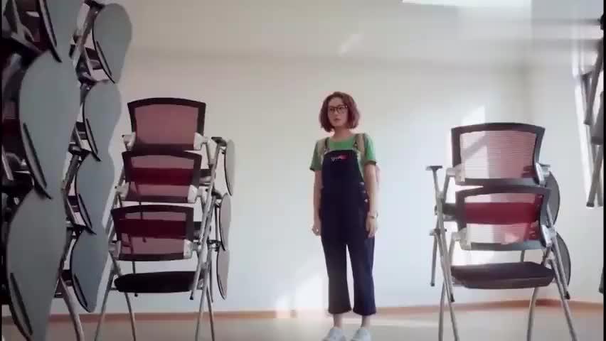 影视片段:部长给青青安排任务,让青青搬凳子,青青看到傻了