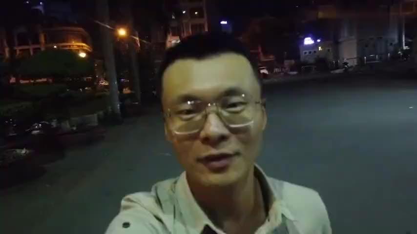 00:00点的胡志明市 热闹非凡 可是光头不开心 因为太累