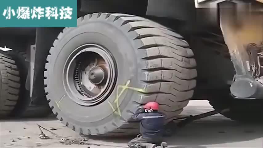 一看就是老师傅,更换重型设备巨型卡车轮胎,这技术不服不行啊!