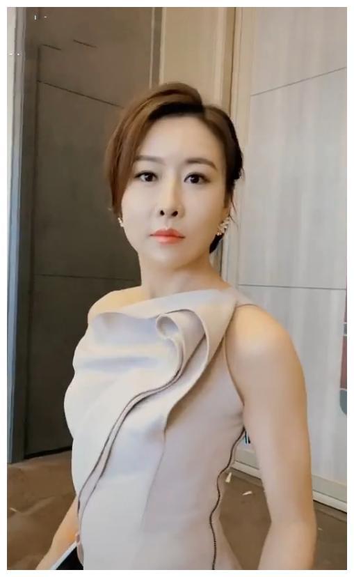 """38岁""""裴娜""""毛俊杰罕露面,礼裙里穿秋裤身材太好,丈夫身份成谜"""