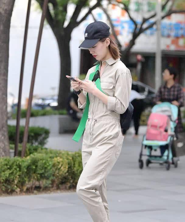 浅色连体工装裤可不是工作服,骨感苗条的姑娘穿出时髦的感觉