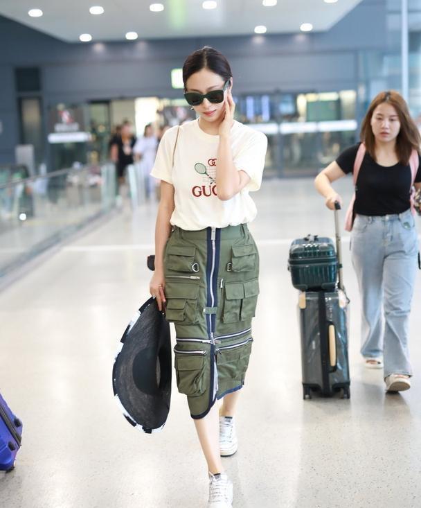 江一燕穿衣品味在线,穿白色T恤搭配军绿色工装半身裙,高级优雅