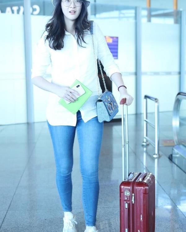 惠若琪192cm身高真不是盖的,开衫卫衣配条纹裤,腿长真出众