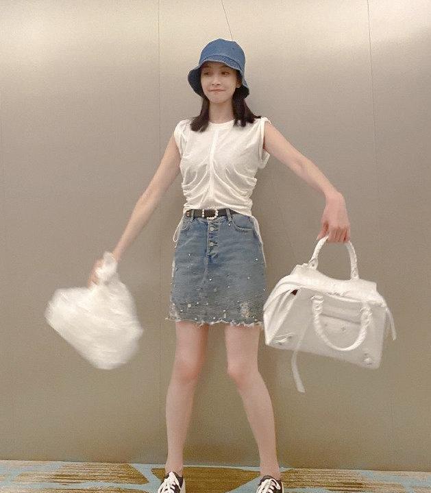 宋茜牛仔短裙配帆布鞋,白色机车包包抢眼,美成少女
