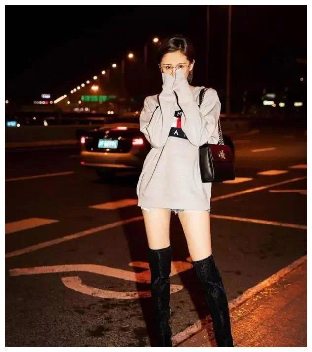 """今年流行一种""""显高穿法"""":叫""""卫衣+长筒靴"""",最适合小个子"""