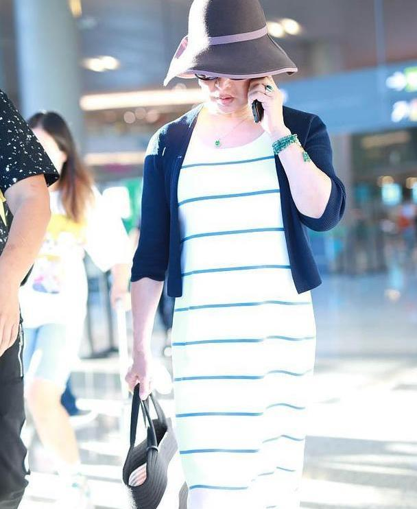 金星走机场太会穿了,条纹连衣长裙配针织开衫,小礼帽优雅贵气