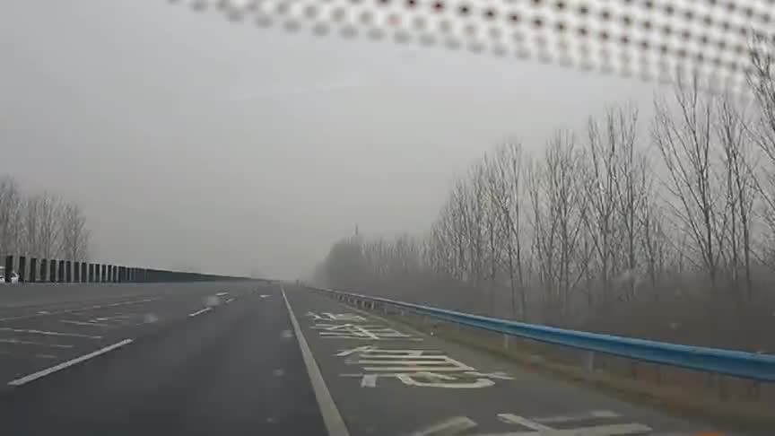 """高速路行驶中,司机疲劳驾驶,""""砰""""的一声瞬间清醒!"""