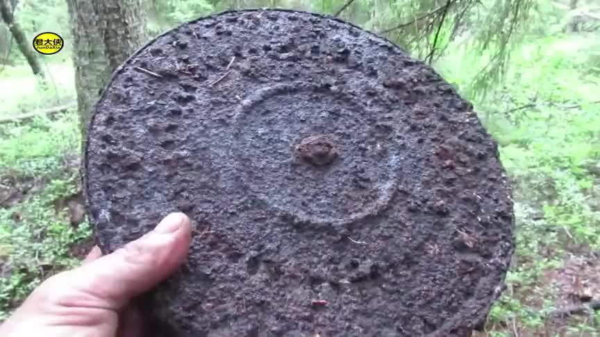 挖掘二战遗址:找到DP机枪弹盘、大口径弹壳 时隔几十年都生锈了