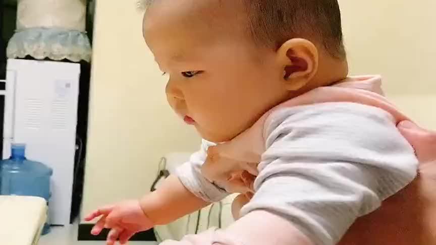 才五个半月的小宝宝,看见吃的就这样状态了,真是妥妥的小吃货呀