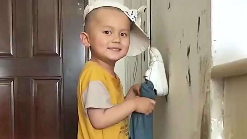 萌宝在墙上劈叉,没想到画面外竟是这样的,宝宝这是要哭了么!