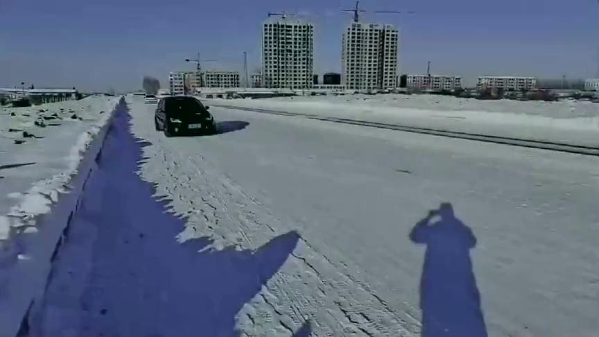 开着大众高尔夫来滑冰场上漂移!