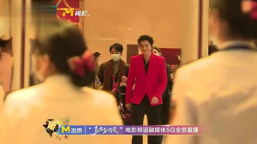 王大陆出发前往金鸡奖红毯,红色西装十分抢眼!