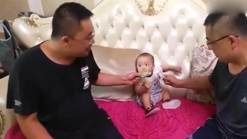萌娃遇上双胞胎爸爸,这小眼神彻底蒙圈了,真是太可爱了