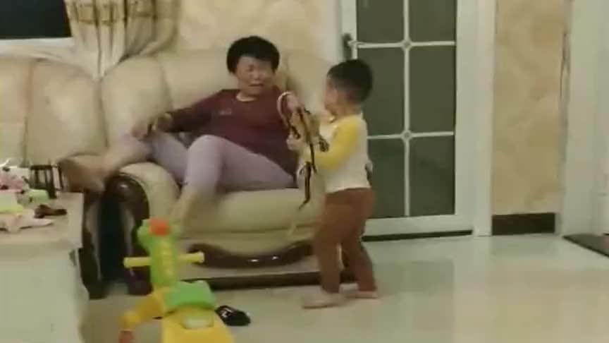 奶奶一来,孙子就拿这东西出来,奶奶直接被吓跑了