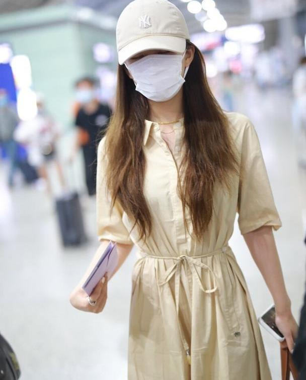 赵露思穿纯色裙都好看,细绑带秀出好身材,色彩高级尽显时尚