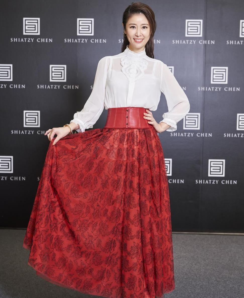 44岁林心如一点不服老!衬衫配红色半裙端庄稳重,当妈后气质更