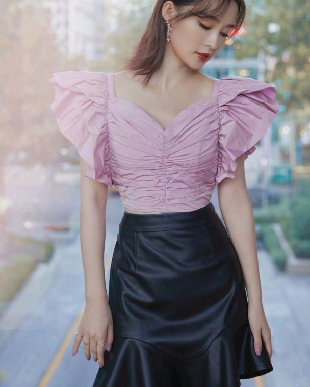 被李沁的发型惊艳到,穿香芋紫蝴蝶上衣配利落短裙,清甜又可爱