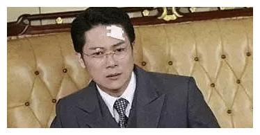 拥有琼瑶男主的样貌,演反派数年后患病收养孤儿,如今无戏可拍