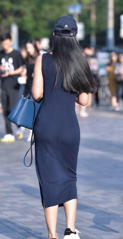 连衣裙的打扮看似简约,不仅显瘦更显高,展现女神独有魅力