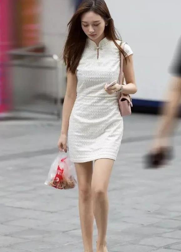 小姐姐身穿的这件白色t恤简约的款式,打造出露脐装的视觉效果