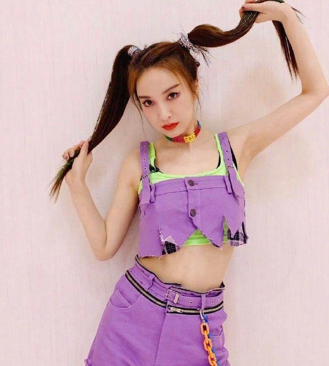 """吴昕是""""主持界""""最敢穿的,紫色露腰装配双马尾,比谢娜美多了"""