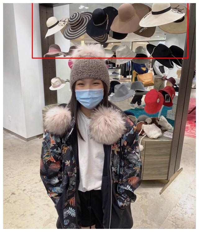 李湘陪王诗龄逛街购物,试戴帽子大脸盘胖嘟嘟,关掉美颜很真实