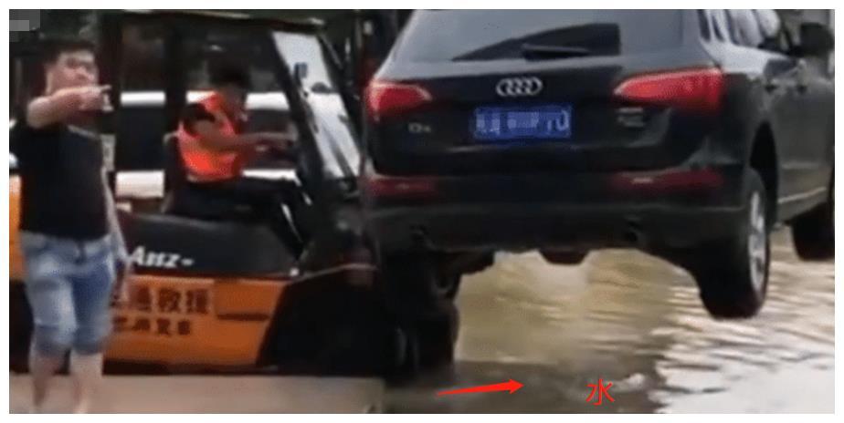 奥迪乱停车堵住超市门口,老板开了一辆叉车,奥迪车变成了船