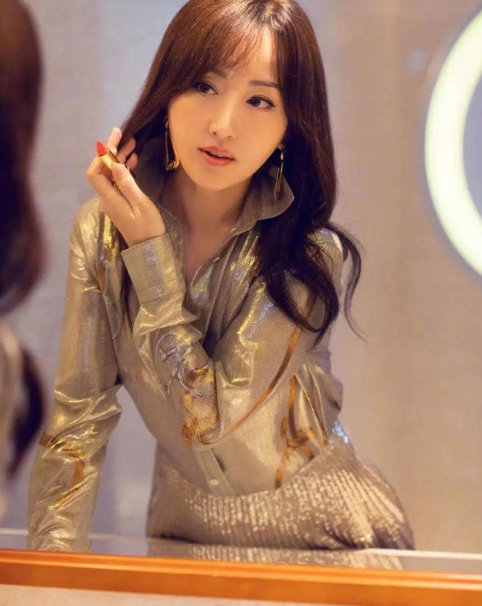 杨钰莹穿衣有窍门,撞色碎花风也能秀出高级感,这年轻态不得不服