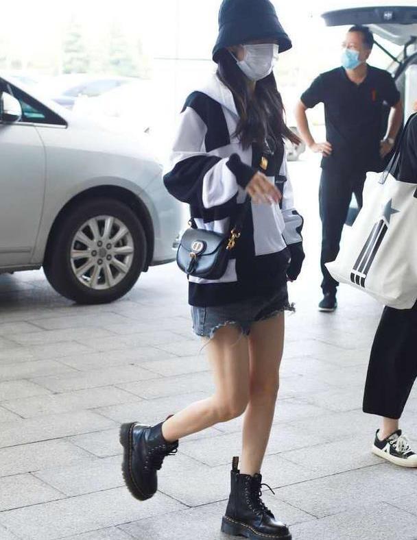 赵丽颖复工忙不停,穿黑白连帽卫衣搭配热裤走机场,飒爽又个性