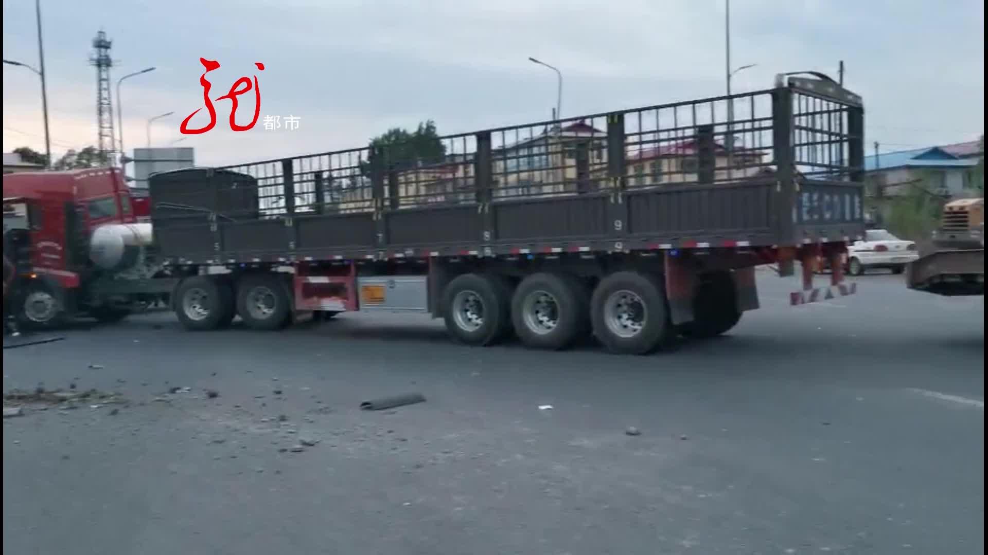 两辆货车相撞 司机被卡在驾驶室 消防人员破拆救援