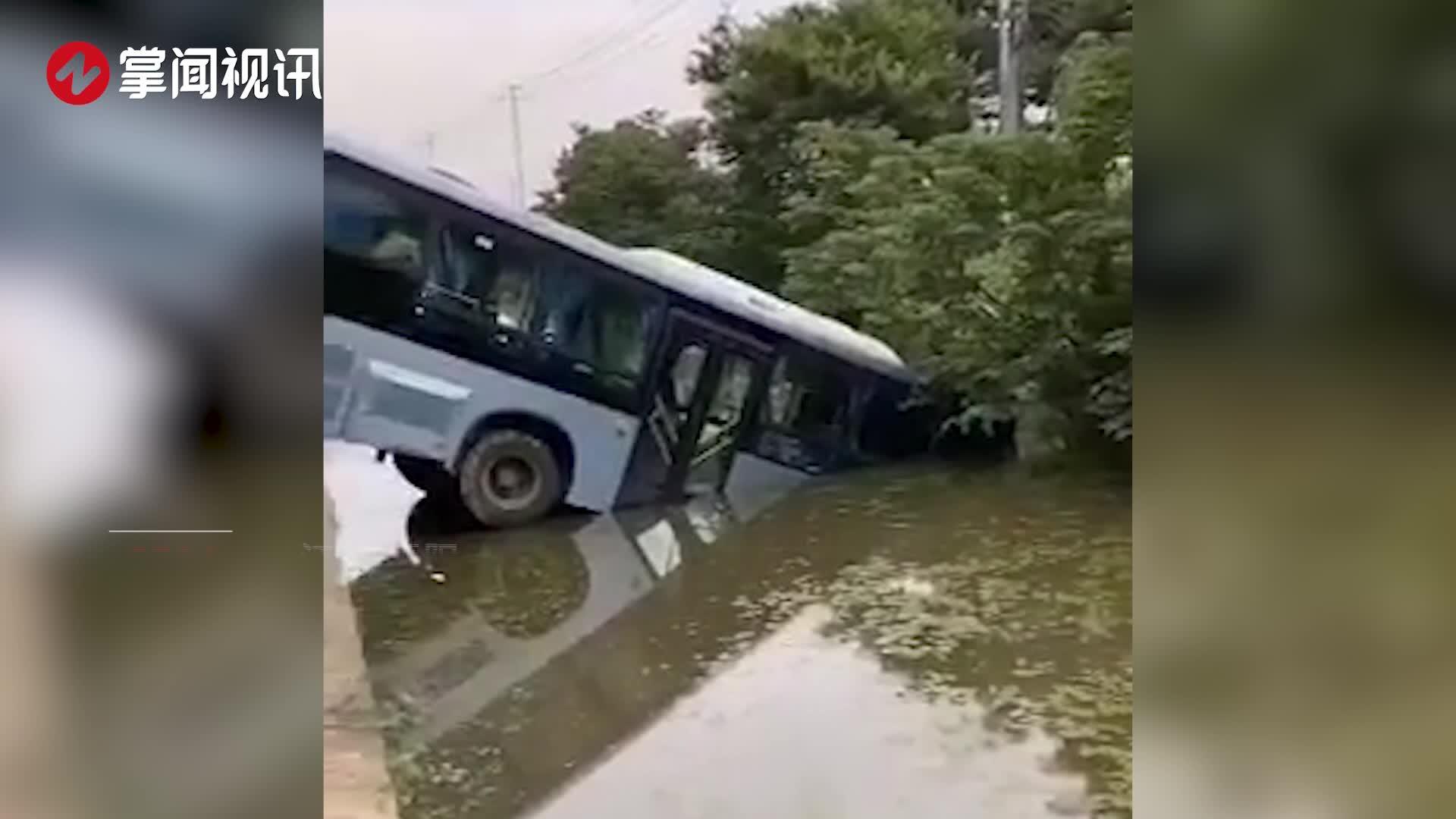 公交车与小车相撞坠入泄洪渠1死4伤 乘客被吓得大哭