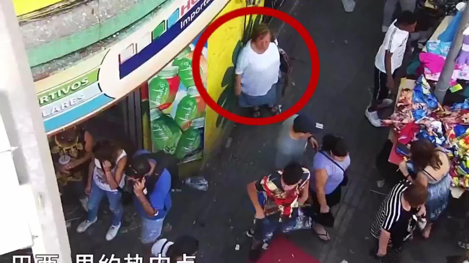 一群女小偷街头配合作案,得手后现场分赃过程