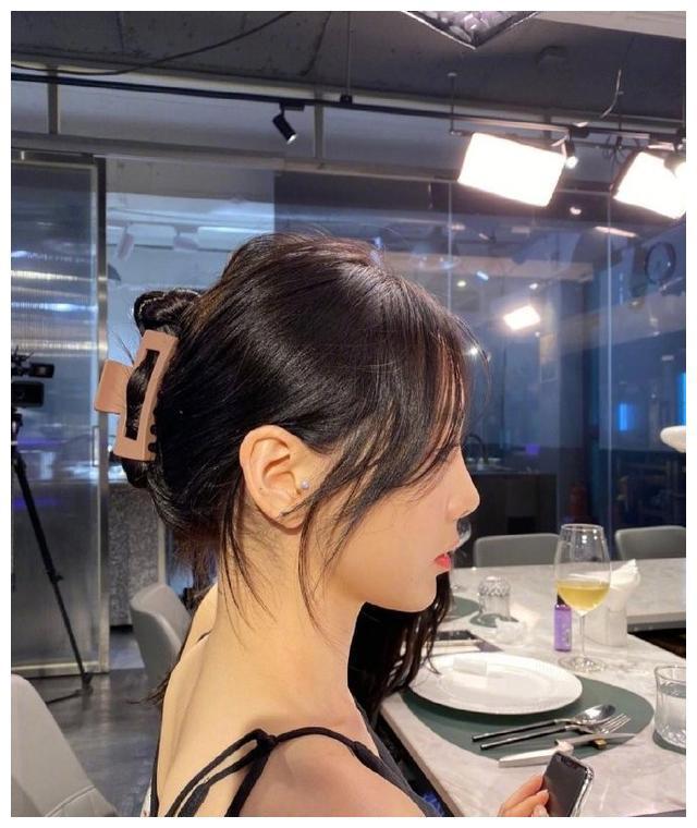 太美了,金泰妍甜笑自拍,秀肩颈,她不仅仅是美,而且正能量