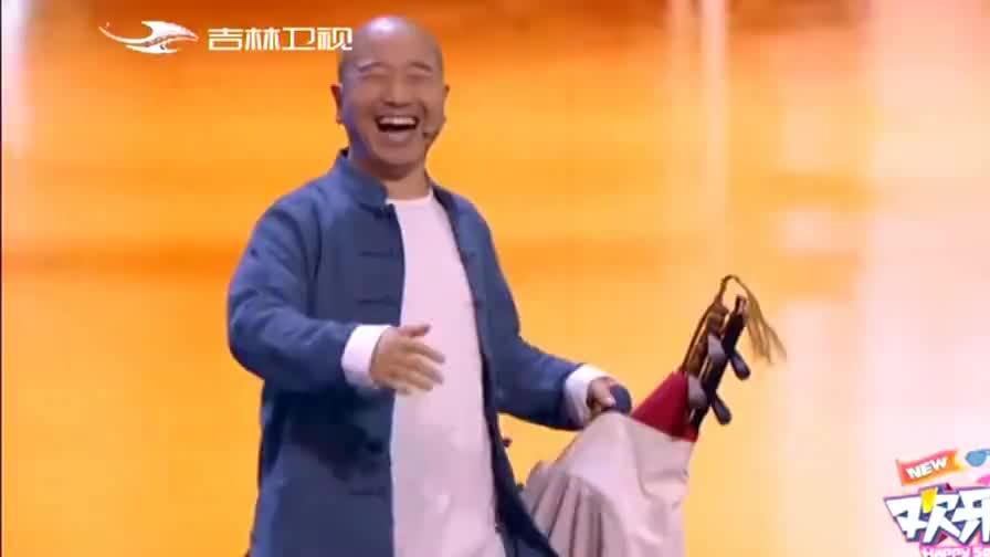 王小利、杨树林表演的小品,包袱不断,笑点不断,全场观众大笑