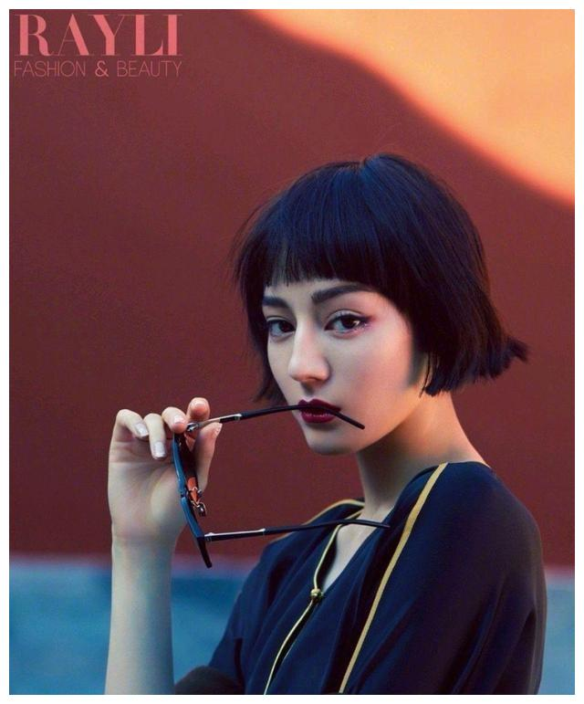 迪丽热巴瑞丽时尚与美容杂志look的样式显示了不同的风格